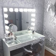 Among all the makeup organizer ideas you should choose the one that suits you perfectly. Sometimes stylish does not mean perfect, bear that in mind! #makeup #makeuplover #makeupjunkie #makeuporganizer