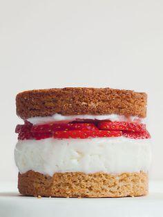Cremiges Eis zwischen zwei knusprigen Waffeln. Oder zarter Frozen Yogurt auf saftigem Brownie. Gibt es etwas besseres? Lieblingsrezepte für feine Eis-Sandwiches.