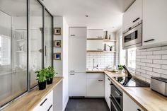 La cuisine en U toute équipée de l'appartement.