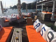 Décoration de la terrasse d'un restaurant en bord de mer! Tous les coussins 727sailbags sont disponibles sur notre site internet www.727sailbags.com
