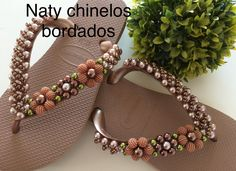 New diy crafts bracelets friendship simple Ideas Beaded Beads, Beaded Shoes, Beaded Sandals, Beaded Jewelry, Diy Jewelry Gold, Designer Flip Flops, Bridal Sandals, Closed Toe Sandals, Diy Clothes