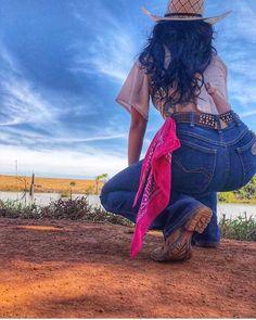 "468 Me gusta, 4 comentarios - ♡Cowgirl Delicada♡ (@cowgirldelicada) en Instagram: ""Antes de dormir quero desejar a todos vocês uma noite tranquila e recheada de muita paz! 🙏😍♥️🍃…"" Country Girl Outfits, Cowgirl Style Outfits, Hot Country Girls, Rodeo Outfits, Western Outfits, Country Girl Poses, Foto Cowgirl, Estilo Cowgirl, Moda Country"