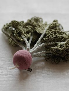 Un chou splendide au crochet et fil de coton fin par JungJung. Splendid cabbage crocheted with a fine cotton thread by JungJung. Photo : Ten_do_Ten Broche faites de diverses légumineuses crochetées par JungJung. Brooches made of different crocheted root vegetables by JungJung. Photo : Ten_do_Ten Zoom sur les beaux feuillages et les couleurs si subtiles crochetés par JungJung. …