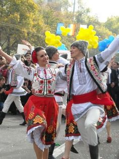 Dancing in the streets of Moldova. Folk Dance, Dance Art, We Are The World, People Of The World, Baile Jazz, Folk Costume, Costumes, Art Populaire, Thinking Day