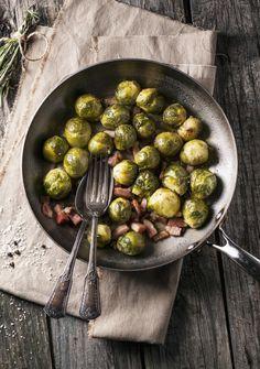 I cavolini di Bruxelles in padella sono un contorno ricco e goloso, occorrono pochi semplici ingredienti: cavoletti, pancetta e poco aceto.