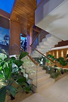 Casa Riviera II / Bernadette Corrêa Arquitetura #living #stairs #garden #green #wall #lighting