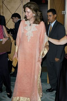 The caftan—loved by rock stars, stylists, and royals— is one of our personal favorites (especially when playing hostess). T&C takes a look back at 19 of the greatest caftan ensembles of all time. Kaftan Designs, Blouse Designs, Abaya Fashion, Muslim Fashion, Modest Fashion, Fashion Dresses, Reina Noor, Hostess Outfits, Queen Noor