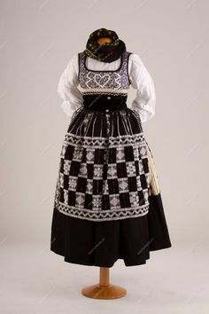 Traje de domingar com forro preto Folk Costume, Traditional Outfits, Victorian, Terra, Pattern, Clothes, Beautiful, Dresses, Fashion