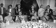 1963-10-06 Koningin Juliana biedt tijdens haar staatsbezoek aan Iran op 6 oktober 1963 een galadiner aan haar gasthee, sjah Mohammed Reza Pahlavi en zijn echtgenote keizerin Farah Diba. Tijdens dit bezoek wordt de koningin vergezeld door prinses Beatrix