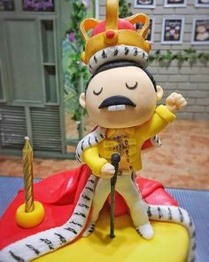 Themed Birthday Cakes, Themed Cakes, Fondant Figures, Fondant Cakes, Freddie Mercury Birthday, Music Cupcakes, Queen Cakes, Dad Cake, Crown Cake