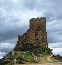 Castle Algoso (Vimioso) (**)- Formidable eagles nest in northeastern part) Portuguese Empire, Portuguese Culture, Places In Portugal, Europe Holidays, Armors, Abandoned Houses, Lisbon, The Good Place, Travel Inspiration