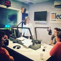 Recuerdo de una noche con amigos, libros, música y #PattiSmith en la radio 📷 Gracias @aldeganiphoto alude la instantánea 📻