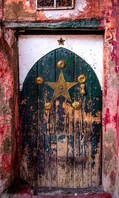 ₪portas - Marrakech, Morocco - rustic pops of color / off-the-beaten path / remote travel Grand Entrance, Entrance Doors, Doorway, Old Doors, Windows And Doors, Door Knockers, Door Knobs, When One Door Closes, Door Gate