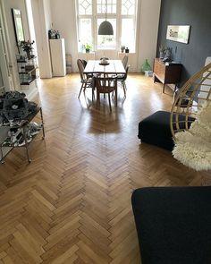 Wohnzimmer und Esszimmer in einem großen Raum - Hängesessel/schwarze Wand/Fischgrätenparkett