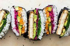 Sushi to-go? Een Japanse sushi sandwich, officieel een Onigirazu genoemd, is makkelijker te maken dan je denkt. probeer deze vegetarische versie eens!