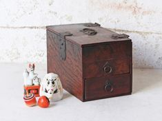 Well designed, well made and very well looked after by its previous owner - this small Japanese oak jewellery chest would make a wonderful trinket box for your favourite jewellery or personal treasures. Vintage Bench, Vintage Chairs, Vintage Furniture, Stationary Box, Antique Wooden Boxes, Japanese Jewelry, Japanese Furniture, Jewelry Chest, Wooden Chest