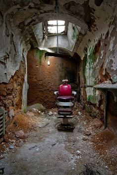 The barber shop this is Eastern State Penitentiary in Philadelphia, Pa. I have mine own photograph of this! Scary Places, Haunted Places, Abandoned Asylums, Abandoned Places, Old Buildings, Abandoned Buildings, Photo Post Mortem, Eastern State Penitentiary, Abandoned Hospital