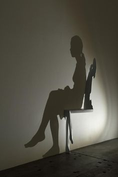 Kumi Yamashita's New Shadow Sculpture of a Woman Sitting in a Chair Japanese artist Kumi Yamashita has just constructed a new cherry wood sculpture that shows the shadow of a woman sitting in a chair. Taking a few months to New Shadow, Shadow Art, Kumi Yamashita, Deco Dyi, Ombres Portées, Reflection Art, Japanese Artists, Cool House Designs, Wood Sculpture