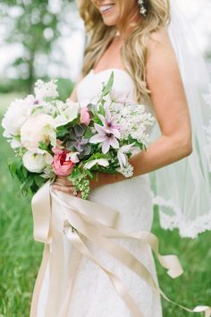 Springtime Garden Wedding: http://bellesandbubbles.com/springtime-garden-wedding-in-austin | Photography: http://heatherhawkingsphoto.com