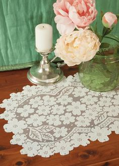 Flower lace placemat. Perfect way to top your head table! #wedding #lace #flower #decor