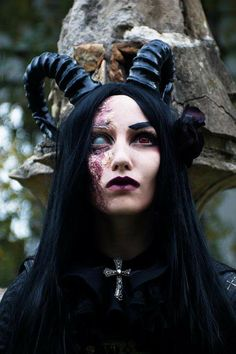 Pin by Sy Ma on Halloween Demon Makeup, Witch Makeup, Demon Costume, Costume Makeup, Wendigo Costume, Zombie Walk, Dark Beauty, Gothic Beauty, Gothic 4