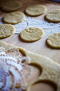 Im heutigen Kalendertürchen versteckt sich die liebe Anna vom Blog HimbeerRot und verrät uns ihr Rezept für diese wunderschönen Orangenkekse. Xmas Food, Christmas Cooking, No Bake Desserts, Dessert Recipes, Sweet Pastries, Bakery Cakes, No Bake Cookies, Lace Cookies, Yummy Cakes