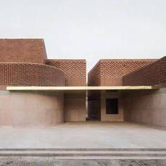 me&mybentley - Commemorating the remarkable career of fashion. Maquette Architecture, Architecture Design, Concrete Tiles, Building Facade, Environmental Design, Architectural Elements, Red Bricks, Exterior Design, Morocco