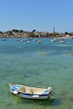 Petit morceau de la « Ceinture dorée », Batz est un grand potager ancré à deux milles au large de Roscoff. Un peu plus de trois kilomètres carrés pour 500 habitants... on ne peut guère s'y perdre, mais c'est pourtant tout un monde. #batz #iledebatz #bretagne #finistere #atlantique #ocean #oceanatlantique #atlanticocean #bateau #eauturquoise #cielbleu #bretagnetourisme #breton #bretonne #bateau #village #phare #vacances #ete Les Continents, Brest, Beaux Villages, Beach Landscape, Aquitaine, Alsace, Provence, Travel, Beautiful Scenery