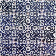 Museu Bordalo Pinheiro - Azulejos  Museu Bordalo Pinheiro Painel de azulejos de inspiração mourisca com escudete de cinco quinas.