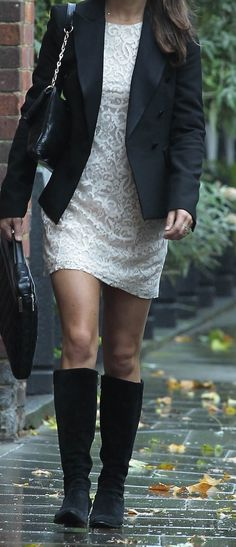 Botas altas vestido con blazer.
