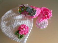 Conjunto gorrito y sandalia flor