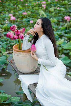 the white balloon Asian Flowers, Girls With Flowers, Beautiful Chinese Women, Gorgeous Women, Sandro, Vietnamese Dress, White Balloons, Female Poses, Ao Dai