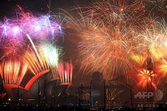 シドニー(Sydney)のハーバーブリッジ(Harbour Bridge)の上空に、新年を祝い打ち上げられる花火(2015年1月1日撮影)。(c)AFP/Peter PARKS ▼2Jan2015AFP|2015年幕開け、世界各地で新年祝う花火 http://www.afpbb.com/articles/-/3035485 #Happy_New_Year_2015_Sydney #Fireworks