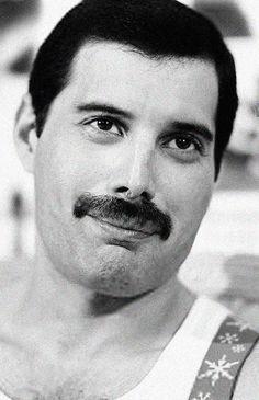Freddie Mercury. Este es el verdadero. Sensible...lleno de amor para dar..ansioso por recibirl
