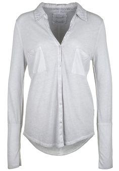 Longsleeve BLOUSE POCKET    Lässiges Longsleeve im Hemden-Stil von BETTER RICH. Das Shirt fühlt sich nicht nur super weich auf der Haut an, sondern ist durch seine Vintage-Färbung ein cooles Casual-Basic. Weitere Highlights sind die Inside-Out-Nähte an der Seite und die abgenähte Unterarmpartie.    Ausschnitt / Kragen: V-Ausschnitt mit Hemdkragen und durchgehender Knopfeiste  Brustweite: ca. 47...