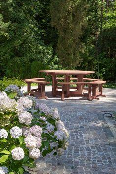 Grote ronde picknicktafel voor 12 personen op maat gemaakt.