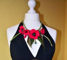 Feutree Collier fleurs en laine rouge pavot fait a par Tutenafelt, €25,00