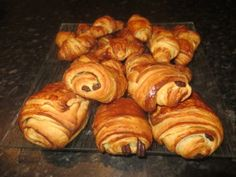Croissants et pains au chocolat - A table avec doro Actifry, No Cook Desserts, French Food, Beignets, Cookie Recipes, Biscuits, Special Occasion, Sweets, Bread