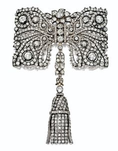 Using diamonds to make this brooch look like lace, Cartier added comb and choker fittings together with a screwdriver. c. 1890. It sold for $181,000 on December 4, 2007.