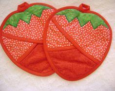 Estos agarradores de sandía se fabrican con tela verde y tela de semilla de sandía lindo.  Se recortan en verde claro y verde esmeralda y son un regalo perfecto para cualquier amante de la sandía o la barbacoa.  Aislado bateo y guata de algodón se utiliza dentro y en el bolsillo delantero para proteger sus manos del calor.  Todas las agarraderas se venden en pares y son lavables a máquina.  Este patrón es también parte de los cuatro cojines calientes todas de las estaciones de…