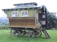 Campy Canadians: Gypsy Wagons (Vardo, or Caravan) Gypsy Trailer, Gypsy Caravan, Gypsy Wagon, Trailer Diy, Gypsy Style, Boho Gypsy, Hippie Style, Boho Lifestyle, Caravan Renovation