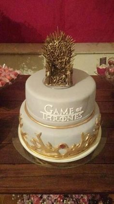 Bolo dourado game of thrones                                                                                                                                                                                 Más