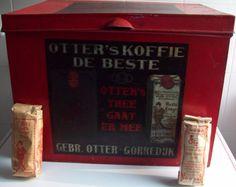 Gorredijk - Theeblik met pakjes Beste Congo thee - Eerste Friesche Stoom-Koffiebranderij door gezuiverde heete lucht   en Theehandel   Gebr. Otter-Gorredijk - Otter's koffie de beste   Otter's thee gaat er mee - Verkrijgbaar bij alle soliede Handelaren - afmetingen: hoogte 34 cm     lengte:45 cm     breedte: 33 cm