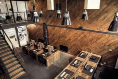 Tight. 1m de largura, talvez, as mesas. Pés delimitam a área de cada um. E paleta de cores muito interessante -- padrão madeira na parede cool. Place mat preto idem.