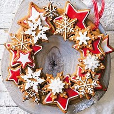 christmas baking Create the perfect Christmas centrepiece with this delicious edible wreath made up of crunchy spiced biscuits, beautifully decorated with gorgeous red and white iced stars. Christmas Gingerbread, Noel Christmas, Christmas Goodies, Christmas Desserts, Christmas Treats, Gingerbread Cookies, Tesco Christmas, Christmas Baking Gifts, Christmas Place