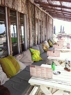 De kussens van Fox & Hunters uit de webgalerie www.heerlijkehandel.nl liggen bij Club Sand in Castricum