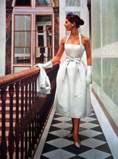 Model wearing a white summer cocktail dress for Vogue Paris, 1952 Look Vintage, Vintage Vogue, Vintage Glamour, Vestidos Vintage, Vintage Dresses, Vintage Outfits, 1950s Dresses, Vintage Clothing, Fifties Fashion