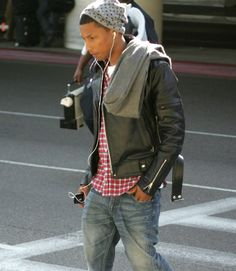 pharrell williams-beanie and jacket Pharrell Williams, Mode Masculine, Urban Fashion, Fashion Looks, Mens Fashion, Men Street, Street Wear, Stylish Men, Men Casual