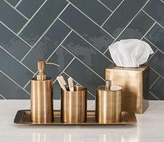 Accesorios para el baño Edison Brass. El patinado del latón les proporciona calidez y carácter a las piezas que componen este conjunto de accesorios. #interiores #cobre