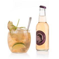 Ginger Punch: 2 Scheiben Ingwer, 2 BL Honig, 4,5 cl Goldener Rum, 1 cl Limettensaft, 1 BL Zuckersirup, Thomas Henry Ginger Ale / Glas: Longdrink / Garnitur: Limettenschnitz